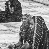 Посетители Тадж-Махала...Агра,Индия. :: Александр Вивчарик