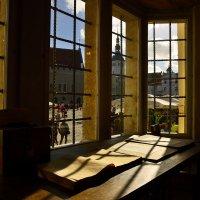 Вид на Ратушную площадь из окна одной из старейших действующих аптек в Европе :: Дмитрий Близнюченко