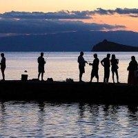 Рыбаки на пирсе :: Марина Marina