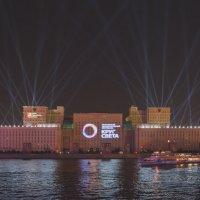 Круг света на здании Мин обороны :: Александр Колесников