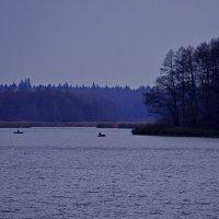 Озеро в Белых берегах. Рыбаки :: Дубовцев Евгений