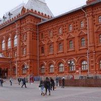 Большой красивый красный дом, похожий на дворец.... :: Владимир Болдырев