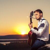Гитарист играет на акустической гитаре :: Павел Бирюков