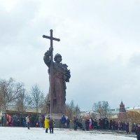 У памятника князю Владимиру... :: Николай Дони