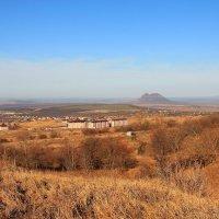 Осень на западном склоне г. Бештау. Вид на г. Лермонтов и гору Верблюд :: Vladimir 070549