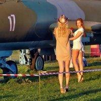 Авиафестиваль в Коротиче. Такие там девчонки самолёты проверяли... :: Александр Резуненко