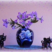 Ваза с цветами и весёлые слоники :: Nina Yudicheva