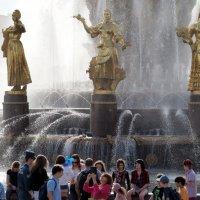 у фонтана или найти барашка :: Олег Лукьянов