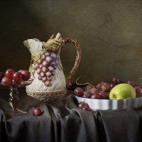 Красный виноград и птичка :: Татьяна Карачкова