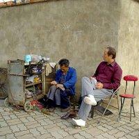 Уличный сапожник, Шанхай :: Евгений Васин