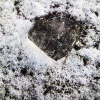Кусочек льда на замерзшей реке :: Татьяна Королёва