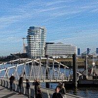 Смотровая площадка филармонии Гамбурга (серия). Марко Поло Тауэр, мост и наблюдающие за дроном :: Nina Yudicheva