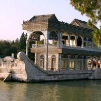 Мраморный корабль в саду Летнего императорского дворца. :: Николай Карандашев