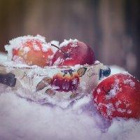 Яблоки на снегу :: Larissa
