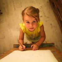 Сестра рисует к Дню рождения брата :: Владимир Агафонов