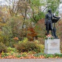Памятник Мендельсону перед входом в парк :: Witalij Loewin