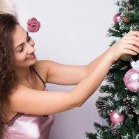 Девушка наряжает ёлку :: Valentina Zaytseva