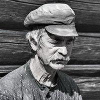 МАСТЕР ДРЕВНЕРУССКОЙ ДЕРЕВЯННОЙ ИГРУШКИ. На Кижах 14. :: Виталий Половинко