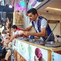 Уличная еда Стамбула. Продавцы дондурмы, одетые в национальные турецкие жилеты :: Ирина Лепнёва
