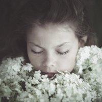 Girl carries flowers :: DewFrame Илья Ягодинский