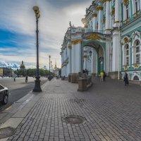Прогулка по Дворцовой :: Valeriy Piterskiy