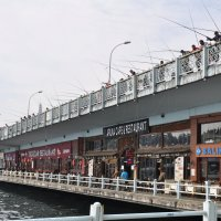 Рыбаки на мосту через Золотой рог :: Сергей К