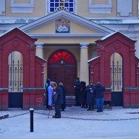 Утро воскресного дня, у ворот храма :: Екатерина Торганская