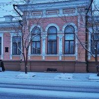 Утром по дороге к храму старинное здание конторы Кузнецова :: Екатерина Торганская