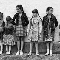 Стоят девчонки. Стоят в сторонке. :: santamoroz