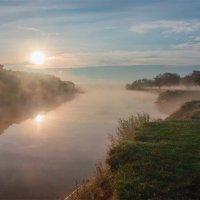 Туманный рассвет у реки :: Александр Березуцкий (nevant60)