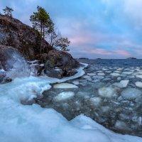 Льдины около скалы. :: Фёдор. Лашков
