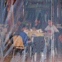 Воскресный обед в уличном кафе :: Sofia Rakitskaia