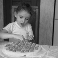 Девочка и пельмени :: Анастасия Исайкина