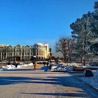 На плотинке в обеденный перерыв, дом Севастьянова. :: Пётр Сесекин