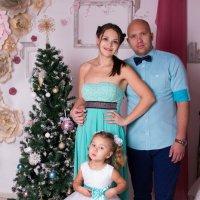 Семья в бирюзовых тонах у ёлки :: Valentina Zaytseva