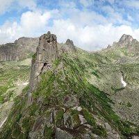 Скала Орешек на фоне панорамы Спящего Саяна :: Сергей Карцев