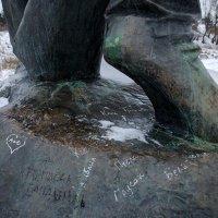 Подножие памятника :: Сергей Тарабара