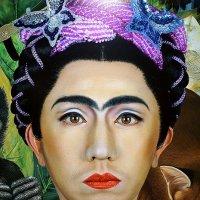 Мужчина в образе Фриды ... :: Лариса Корженевская