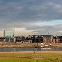 Альтштадт Дюссельдорфа с левого берега Рейна в лучах заходящего солнца :: Witalij Loewin