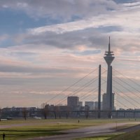 Телевышка Дюссельдорфа с левого берега Рейна в лучах заходящего солнца :: Witalij Loewin