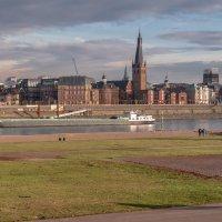 Набережная Дюссельдорфа с левого берега Рейна в лучах заходящего солнца :: Witalij Loewin