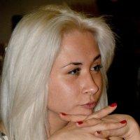 Блондинка Наблюдает... :: Дмитрий Петренко
