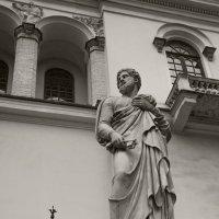 Статуя апостола Петра на входе лютеранской церкви Святых Петра и Павла :: Владимир Питерский