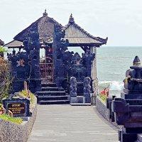 Небольшой храм неподалеку от храма Pura Tanah Lot  1/2 :: Асылбек Айманов