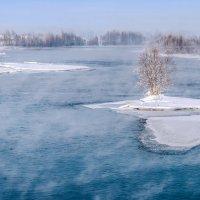 Река парит, борясь зимой с морозом :: Любовь Потеряхина