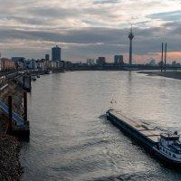 Набережная Дюссельдорфа с моста на закатном солнце :: Witalij Loewin