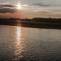 Заход солнца над Рейном в районе Дюссельдорфа :: Witalij Loewin