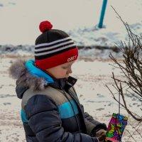 Малыш вешает кормушечку :: Viktory Fedorova