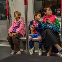 """Любопытство  (из серии """"Метро Гонконга"""") :: Виктор Льготин"""