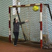Дунь на мячик - он в ворота и не залетит... :: Дмитрий Петренко